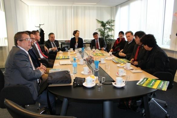 O governador Wellington Dias participa de reunião na empresa Kameleon Solar, na cidade Roosendaal, na Holanda (Crédito: Reprodução)