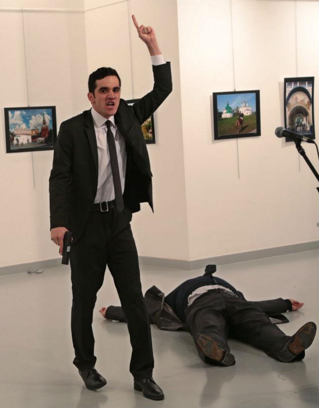 Atirador matou embaixador da Rússia (Crédito:  Burhan Ozbilici / AP)