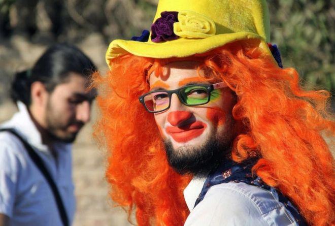 Anas al-Basha se fantasiava de palhaço para alegrar as crianças na cidade sitiada de Aleppo (Crédito: AP)