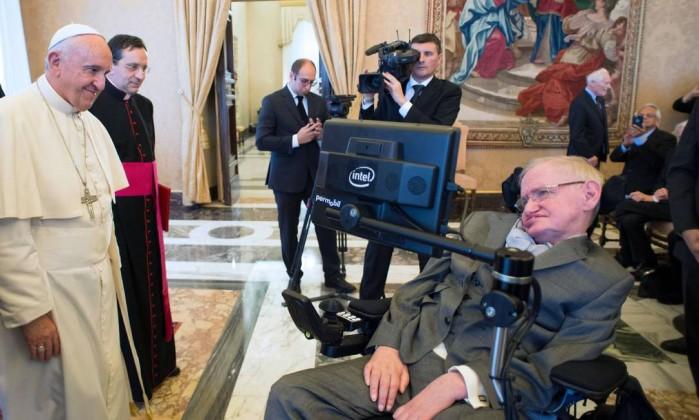 Stephen Hawking em encontro com o Papa (Crédito: Reprodução)