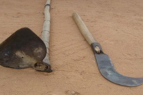 Enxada e foice usadas durante o crime (Crédito: Divulgação)