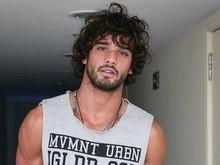 Modelo Marlon Teixeira perdeu avô na tragédia com avião da Chape