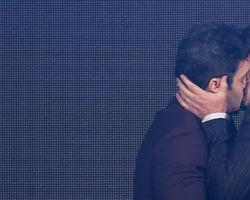 Marcelo Serrado e Marcos Veras roubam cena com beijo em evento