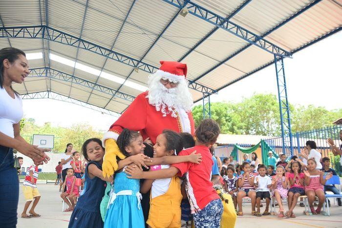 Papai Noel dos Correios sendo abraçado pelas crianças (Crédito: João Piauilino)