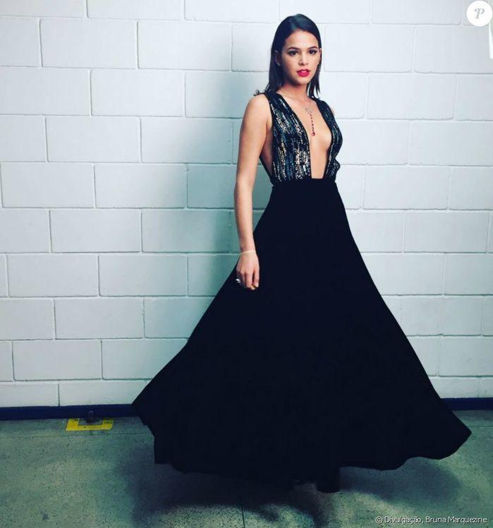 Bruna Marquezine arrasa com vestido decotado em premiação
