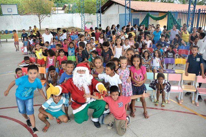 Papai Noel dos Correios presenteia crianças da Casa Meio Norte (Crédito: Gabriel Paulino )