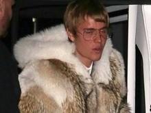 Justin Bieber aparece com look diferente para festa na Califórnia