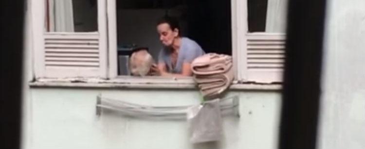 Vídeo mostra mulher agredindo marido idoso no Rio; assista