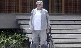 "Fausto consegue se levantar da cadeira de rodas em ""A Lei do Amor"""