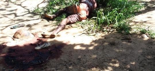 Homem é encontrado morto a golpe de faca e pauladas em quintal