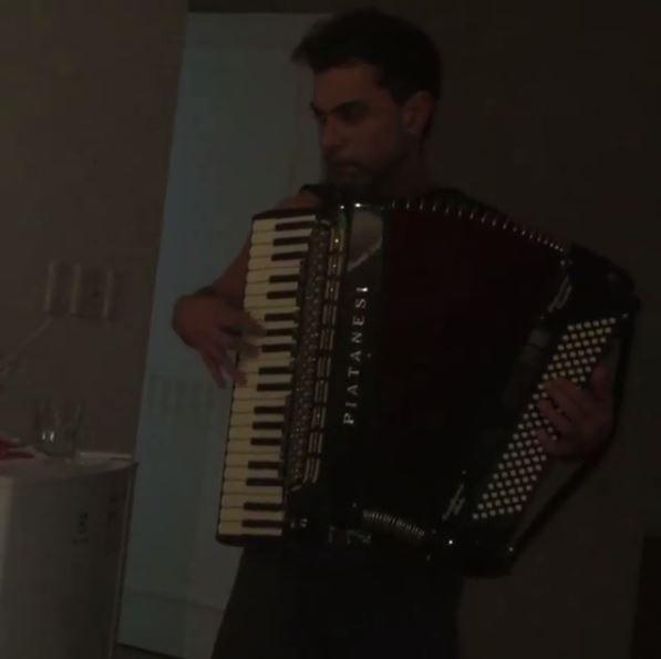 Zezé acordou Gracielle com serenata (Crédito: Reprodução)