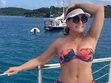 Susana Vieira exibe corpão só de biquíni durante passeio de barco