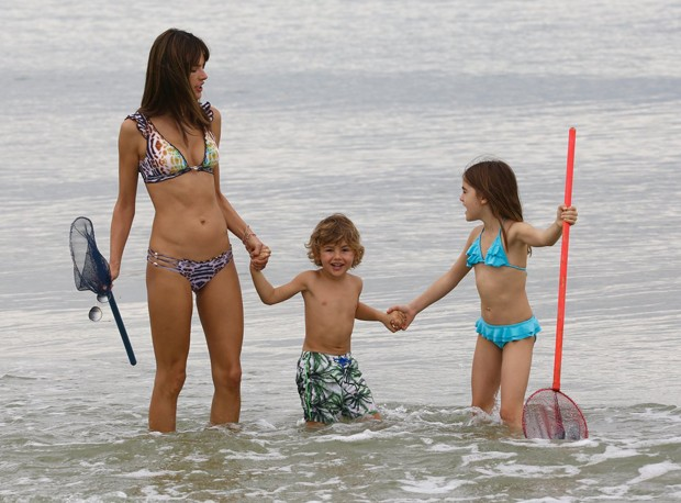 Alessandra Ambrosio curte férias com os filhos em Floripa
