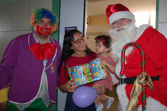Crianças internadas no HUT recebem visitas de Papai Noel e personagens de filmes