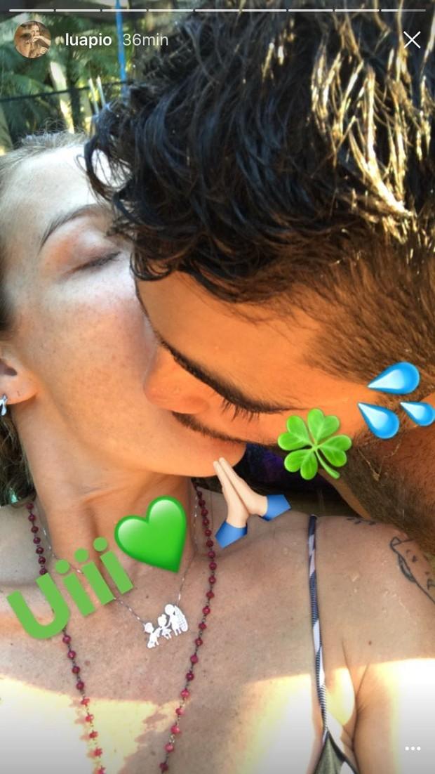 Luana Piovani e Pedro Scooby em beijo ardente