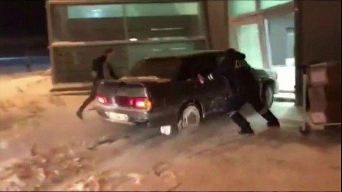 Motorista invade aerporto com carro atrás da sua amada