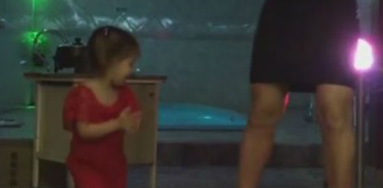 Filha de Mirella Santos e Ceará rouba a cena em festa de Natal