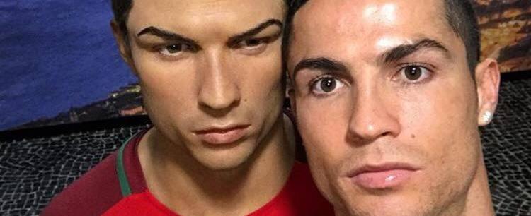 Pose de Cristiano Ronaldo com boneco de cera vira meme na internet