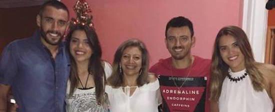 Sorridente, Alan Ruschel posa para fotos e curte Natal com família