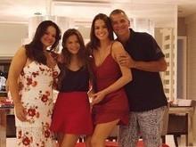 Bruna Marquezine posa com a família durante ceia de Natal