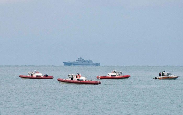Navios de resgate da Rússia patrulham a costa do Mar Negro de Sochi a procura de detritos do avião militar russo