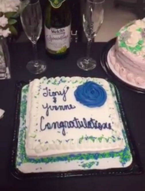 O casamento teve bolo e champanhe