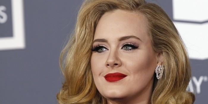 Adele é a artista que mais vendeu discos durante o ano de 2016