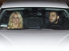 Novo namorado carrega bolsinha de Britney Spears durante um jantar