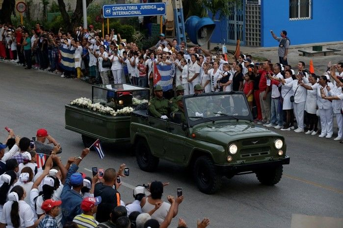 As cinzas de Fidel Castro são levadas por caravana pelas ruas de Bayamo (Crédito: Reuters)