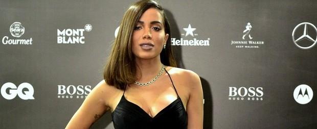 Anitta brilha com vestido sensual e joias durante premiação
