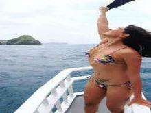 Carol Castro exibe corpão em forma ao posar em Noronha