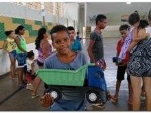 Crianças de Inhuma ganham presentes de um natal para todos
