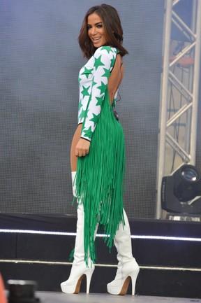 Anitta usa figurino decotado em show em Brasília
