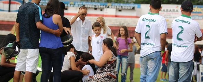 Mãe e viúva do lateral Gimenez brigam durante velório do jogador