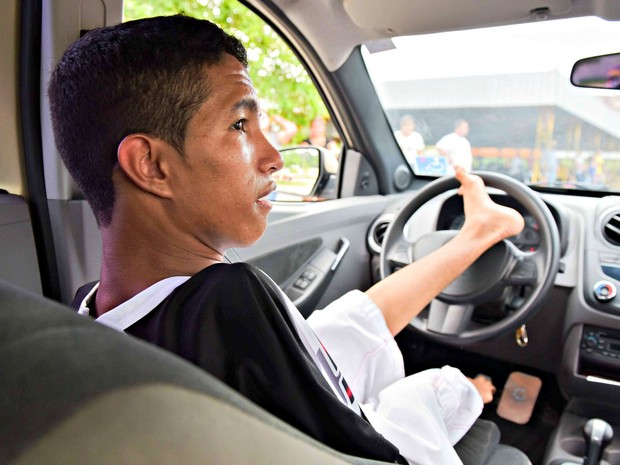 Jovem sem braços tenta tirar carteira de motorista