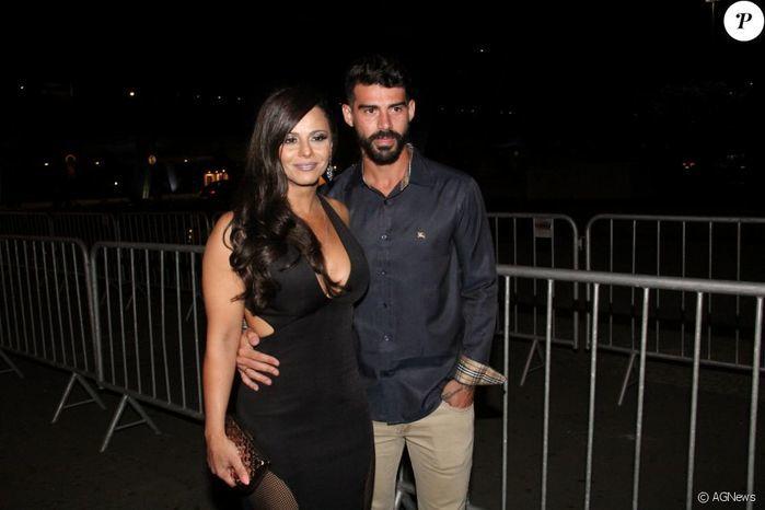 Viviane Araújo ao lado do noivo, o jogador Radamés (Crédito: Ag News)