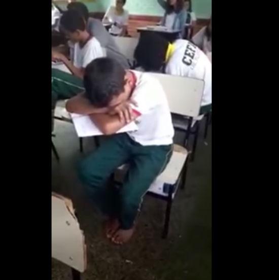 Conselheiros tutelares encontraram o menino ainda descalço, na sala de aula e chorando (Crédito: Reprodução)