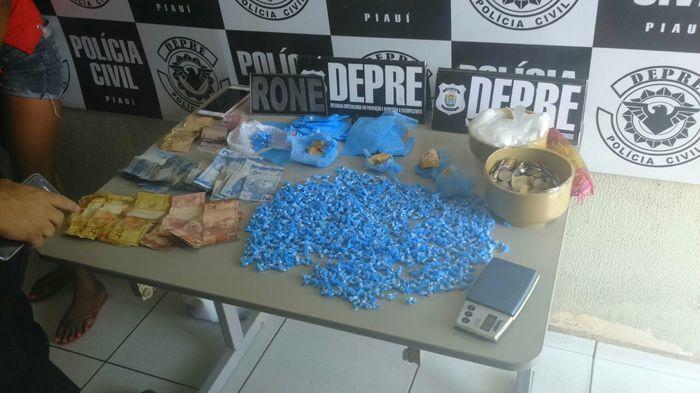 Droga e dinhei9ro encontrados com riana Castro Souza e Verônica  (Crédito: Divulgação)
