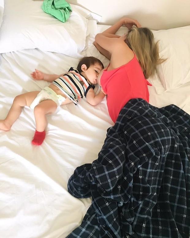 Rodrigão posta foto e mostra Adriana amamentando o filho (Crédito: reprodução)