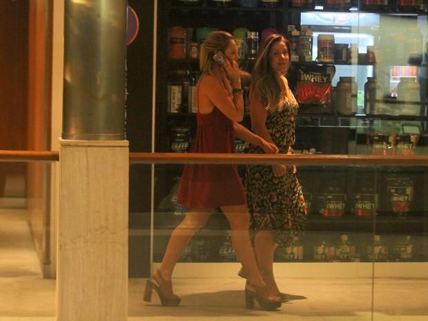 Paolla Oliveira passeia em shopping acompanhada do namorado (Crédito: Daniel Delmiro/ Ag. News)