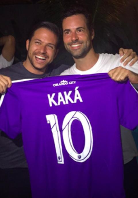 Namorado Carol Celico, Eduardo Scarpa posa com camisa de Kaká