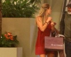 Paolla Oliveira passeia em shopping acompanhada do namorado