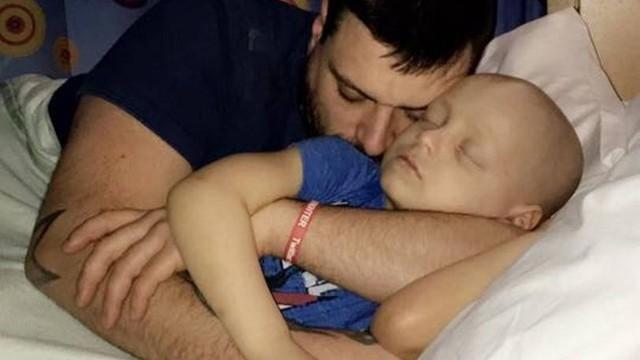 Pais postam foto emocionante ao saber que filho de 5 anos terá meses de vida