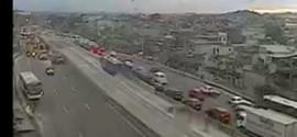 Bandidos armados bloqueiam pista com carro e assustam motoristas