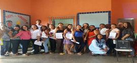 Professores recebem certificados durante reunião de pais de alunos