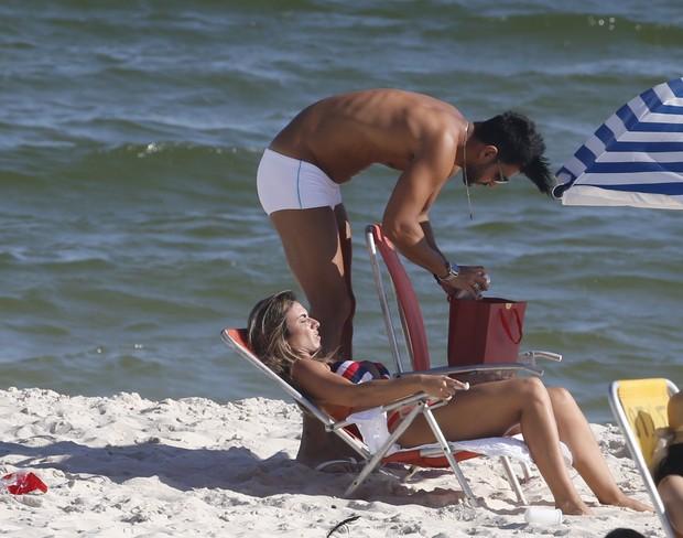 Nicole curte praia com namorado (Crédito: Agnews)