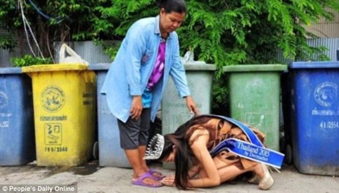 Khanittha Phasaeng se ajoelhou em frente à mãe que é catadora de lixo