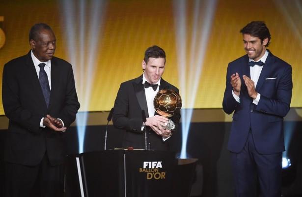 Messi recebendo o prêmio de melhor do mundo