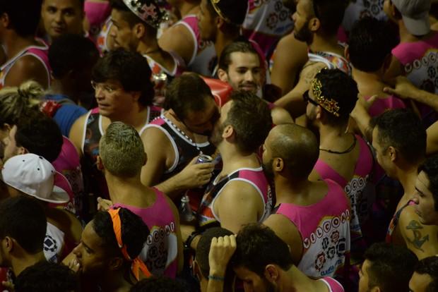 Casais gays se beijam durante o carnaval em Salvador