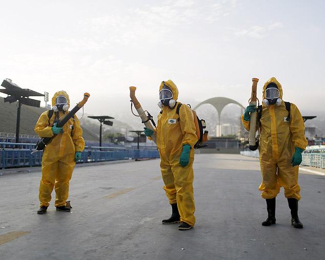 Profissionais da Prefeitura do Rio no combate ao mosquito (Crédito: Para compartilhar esse conteúdo, por favor utilize o link http://www1.folha.uol.com.br/esporte/2016/02/1738605-zika-nao-e-uma-ameaca-a-olimpiada-do-rio-diz-medico-de-delegacao-alema.shtml ou as ferramentas oferecidas na página. Textos, fotos, artes e vídeos da Folha estão protegidos pela legislação brasileira sobre direito autoral. Não reproduza o conteúdo do jornal em qualquer meio de comunicação, eletrônico ou impresso, sem autorização da Folhapress (pesquisa@folhapress.com.br). As regras têm como objetivo proteger o investimento que a Folha faz na qualidade de seu jornalismo. Se precisa copiar trecho de texto da Folha para uso privado, por favor logue-se como assinante ou cadastrado.)